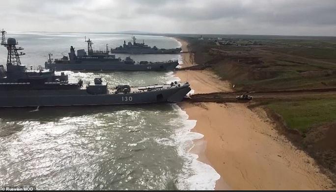 Clip: Nga tập trận rầm rộ trước khi rút quân khỏi biên giới Ukraine - Ảnh 13.
