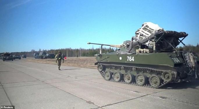 Clip: Nga tập trận rầm rộ trước khi rút quân khỏi biên giới Ukraine - Ảnh 11.