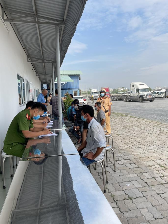 Toàn cảnh CSGT cùng cảnh sát hình sự, ma túy chốt chặn ở  cảng Phú Hữu - Ảnh 2.
