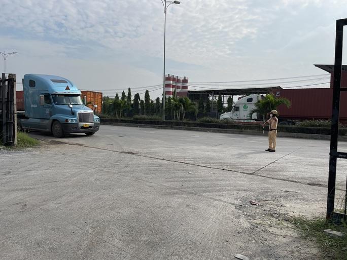 Toàn cảnh CSGT cùng cảnh sát hình sự, ma túy chốt chặn ở  cảng Phú Hữu - Ảnh 1.