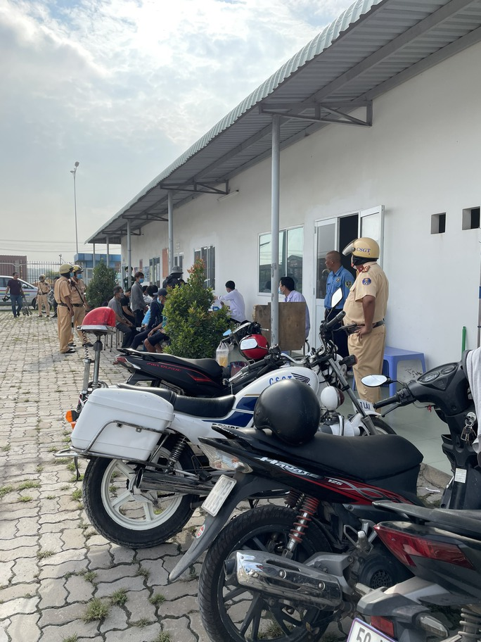 Toàn cảnh CSGT cùng cảnh sát hình sự, ma túy chốt chặn ở  cảng Phú Hữu - Ảnh 3.