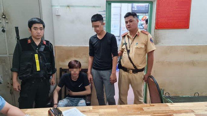 CSGT TP HCM bắt nóng 2 tên cướp tuổi vị thành niên manh động, nghiện ma tuý - Ảnh 1.