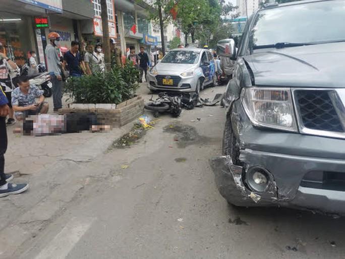 Xe bán tải bất ngờ tông liên tiếp 5 xe ôtô và xe máy khiến nhiều người gặp nạn - Ảnh 1.