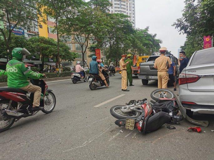 Xe bán tải bất ngờ tông liên tiếp 5 xe ôtô và xe máy khiến nhiều người gặp nạn - Ảnh 4.