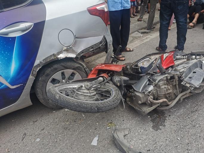 Xe bán tải bất ngờ tông liên tiếp 5 xe ôtô và xe máy khiến nhiều người gặp nạn - Ảnh 2.