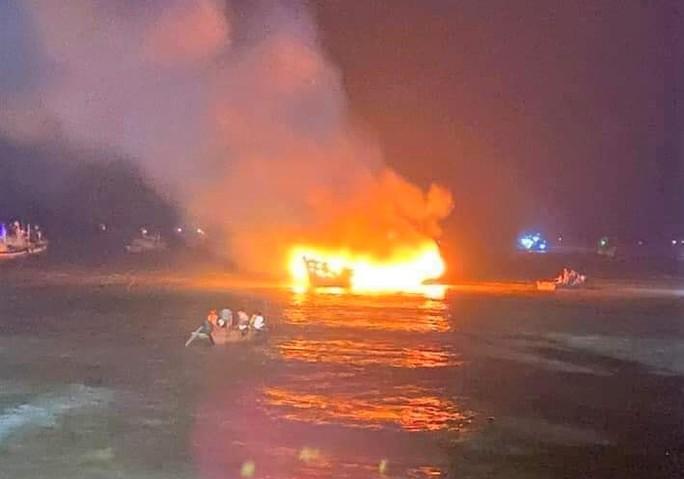 Tàu cá của ngư dân Thanh Hóa bốc cháy trong đêm, thiệt hại 3,2 tỉ đồng - Ảnh 1.