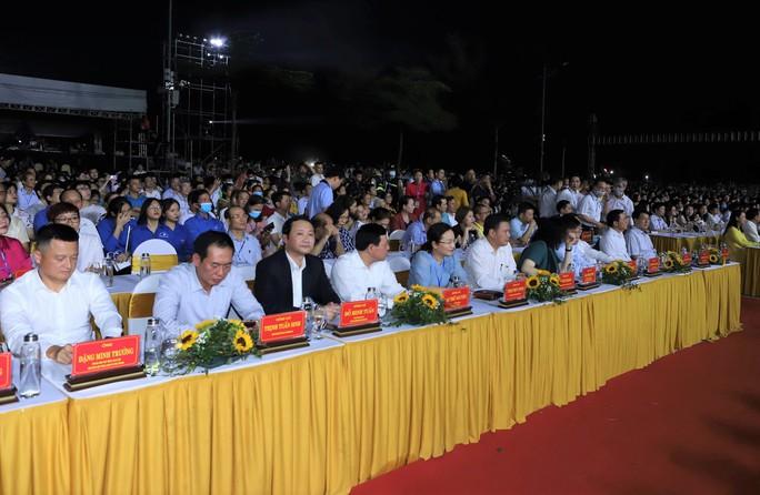 CLIP: Hàng vạn người đổ về Sầm Sơn xem bắn pháo hoa - Ảnh 3.