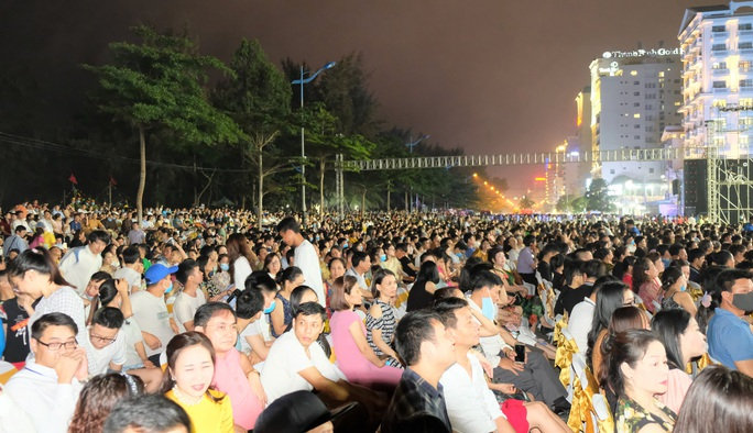 CLIP: Hàng vạn người đổ về Sầm Sơn xem bắn pháo hoa - Ảnh 8.