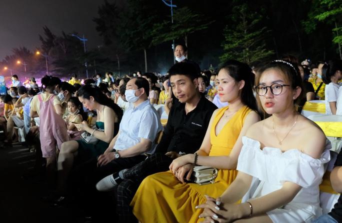 CLIP: Hàng vạn người đổ về Sầm Sơn xem bắn pháo hoa - Ảnh 10.