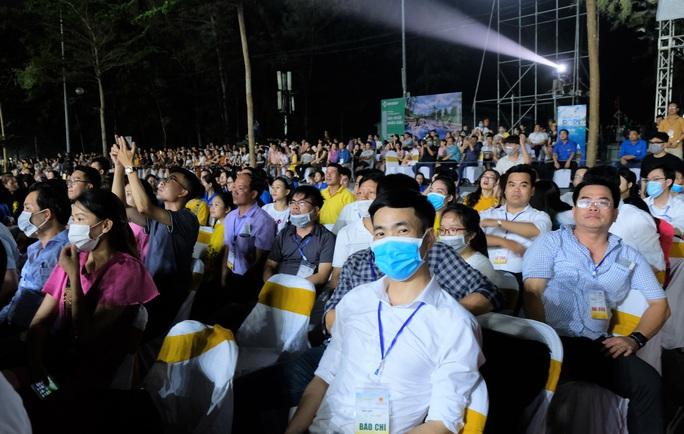 CLIP: Hàng vạn người đổ về Sầm Sơn xem bắn pháo hoa - Ảnh 6.