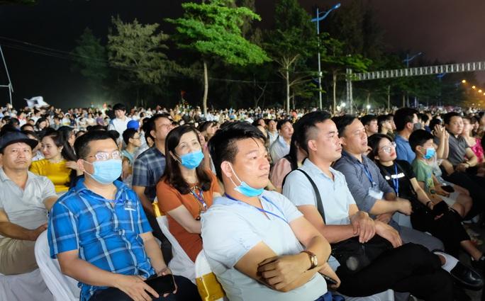 CLIP: Hàng vạn người đổ về Sầm Sơn xem bắn pháo hoa - Ảnh 5.