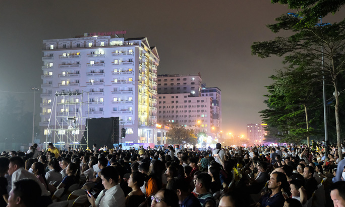 CLIP: Hàng vạn người đổ về Sầm Sơn xem bắn pháo hoa - Ảnh 7.