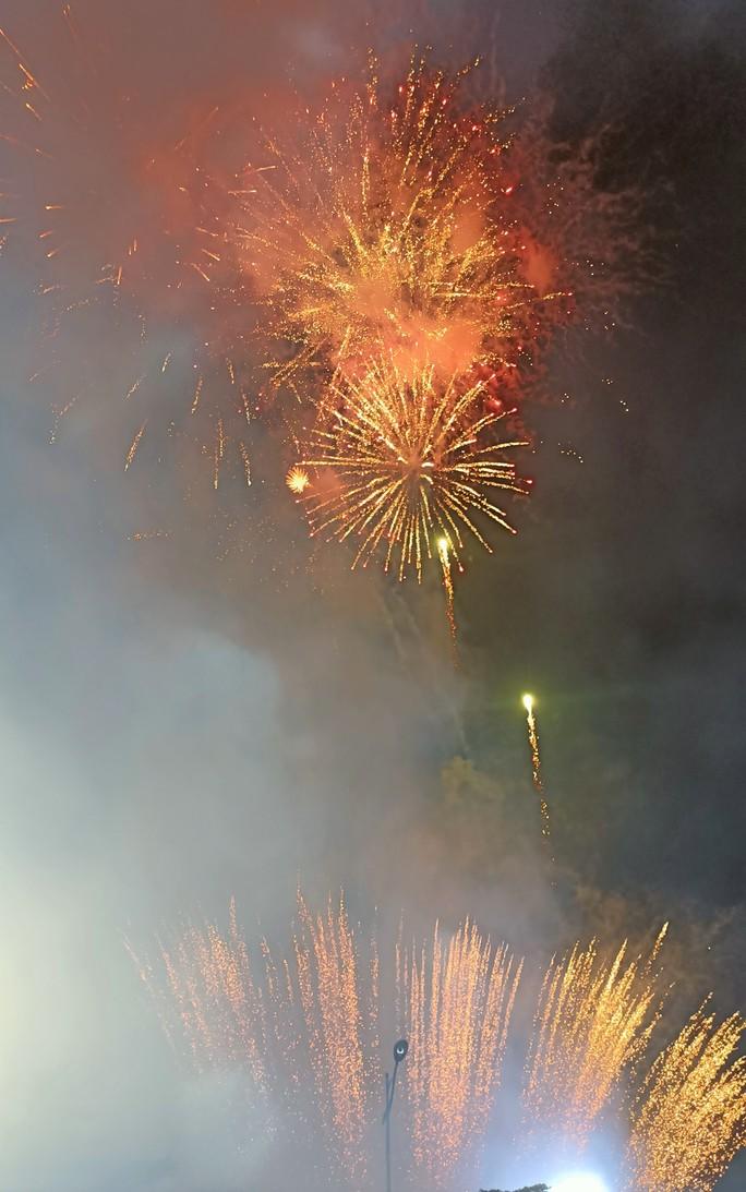 CLIP: Hàng vạn người đổ về Sầm Sơn xem bắn pháo hoa - Ảnh 19.