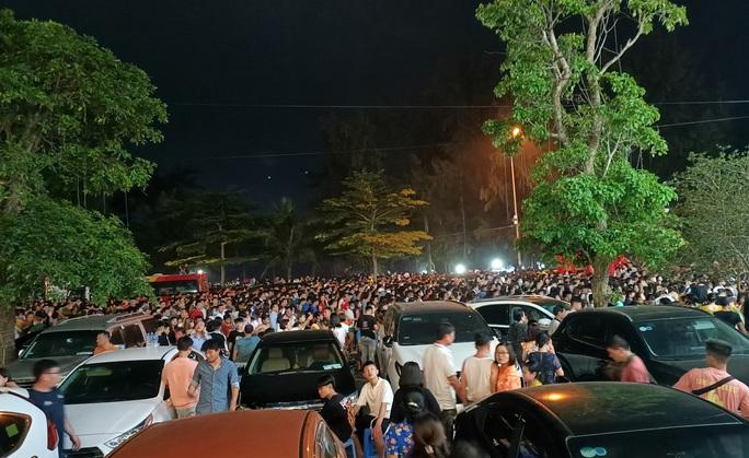 CLIP: Hàng vạn người đổ về Sầm Sơn xem bắn pháo hoa - Ảnh 2.