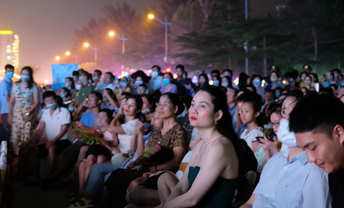 CLIP: Hàng vạn người đổ về Sầm Sơn xem bắn pháo hoa - Ảnh 9.