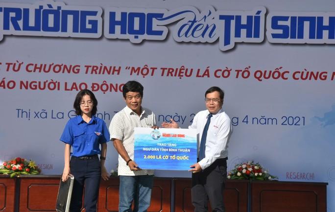 Báo Người Lao Động trao tặng ngư dân Bình Thuận 2.000 lá cờ Tổ quốc - Ảnh 1.