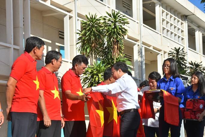 Báo Người Lao Động trao tặng ngư dân Bình Thuận 2.000 lá cờ Tổ quốc - Ảnh 2.