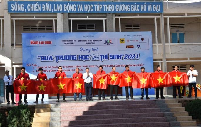 Báo Người Lao Động trao tặng ngư dân Bình Thuận 2.000 lá cờ Tổ quốc - Ảnh 3.