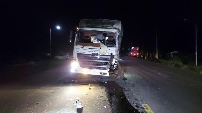 Xe tải lao thẳng vào xe khách, hàng chục người bị thương, la hét trong hoảng loạn - Ảnh 1.