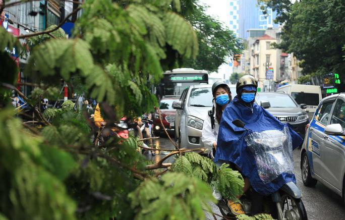 CLIP: Nhọc nhằn nhích từng bước dưới cơn mưa kéo dài trong giờ đi làm đầu tuần - Ảnh 14.