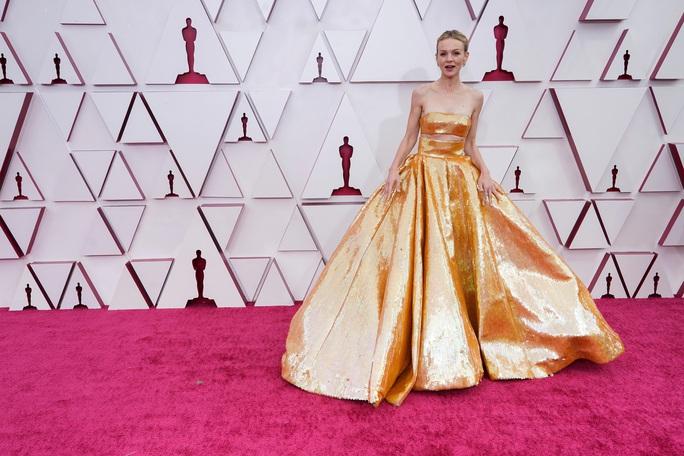 Những trang phục độc lạ tại Oscar 2021 - Ảnh 3.