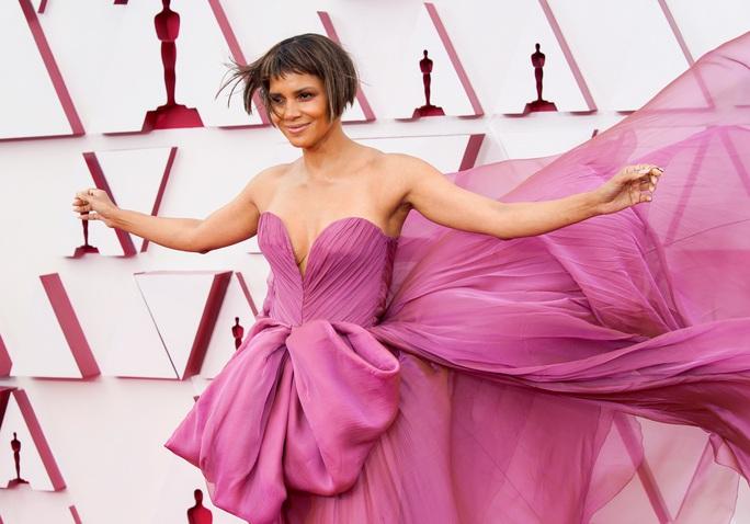 Những trang phục độc lạ tại Oscar 2021 - Ảnh 2.