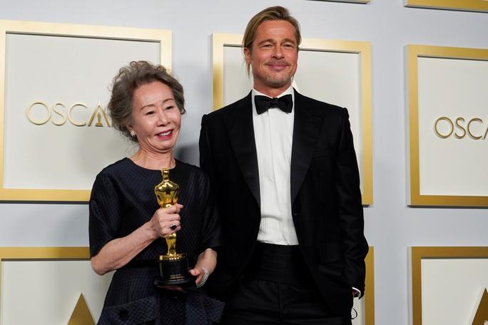 """Oscar 2021: Brad Pitt bị trêu chọc, Daniel Kaluuya khiến gia đình """"muối mặt"""" - Ảnh 3."""