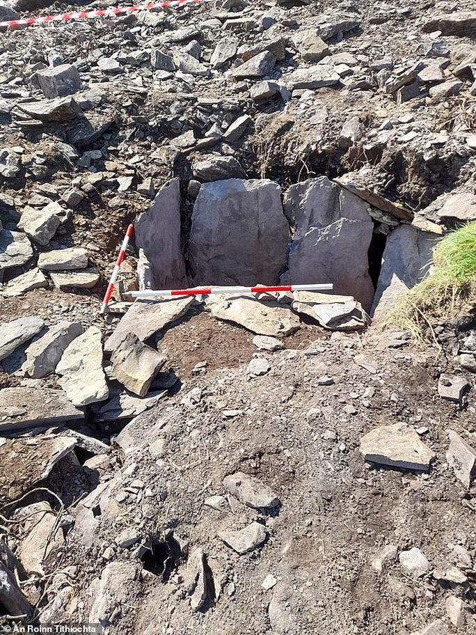 Xúc đất trên đồng, tình cờ lọt vào ngôi mộ cổ như vượt thời gian - Ảnh 1.