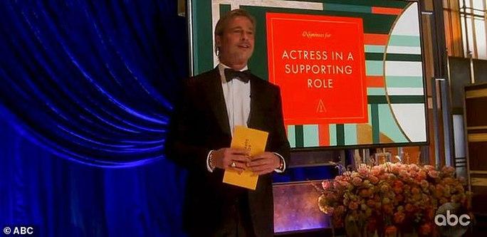 """Oscar 2021: Brad Pitt bị trêu chọc, Daniel Kaluuya khiến gia đình """"muối mặt"""" - Ảnh 1."""