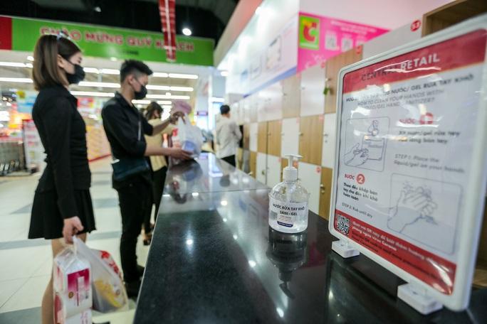 CLIP: Nhiều người dân Hà Nội quên khẩu trang phòng chống dịch Covid-19 - Ảnh 6.