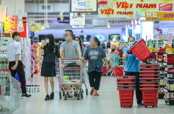 CLIP: Nhiều người dân Hà Nội quên khẩu trang phòng chống dịch Covid-19 - Ảnh 2.