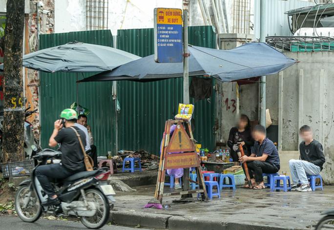 CLIP: Nhiều người dân Hà Nội quên khẩu trang phòng chống dịch Covid-19 - Ảnh 3.