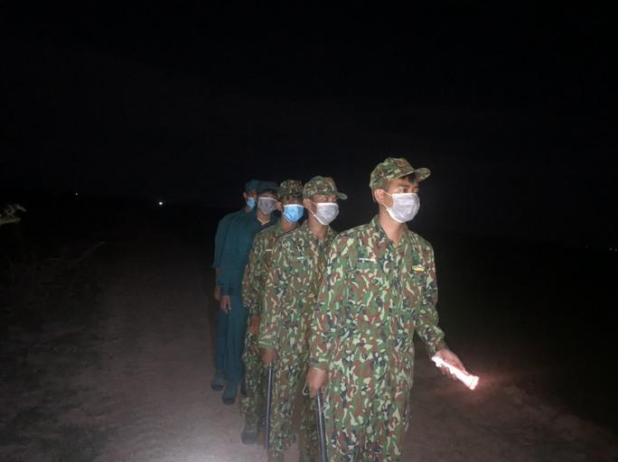 Người dân vùng biên vô tư không đeo khẩu trang khi ra đường - Ảnh 14.