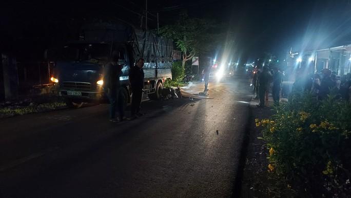 Kinh hãi xe máy lao thẳng đuôi xe tải, 2 người văng ra tử vong - Ảnh 1.