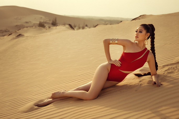 Hoa hậu Khánh Vân khoe hình ảnh nóng bỏng trên đồi cát - Ảnh 4.