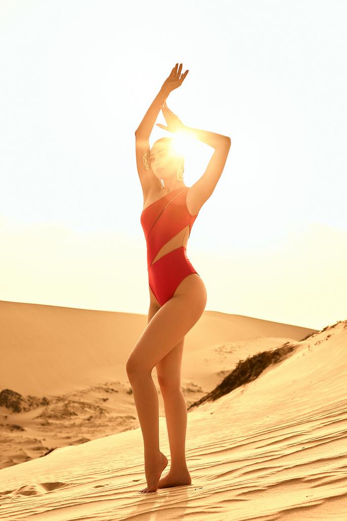 Hoa hậu Khánh Vân khoe hình ảnh nóng bỏng trên đồi cát - Ảnh 5.