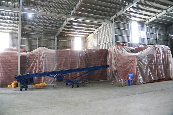 CLIP: An Giang lại phát hiện kho chứa 100 tấn hàng nghi nhập lậu - Ảnh 3.