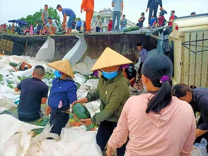 Hàng chục người dân lội bùn gom 30 tấn dưa hấu bán giúp tài xế - Ảnh 2.