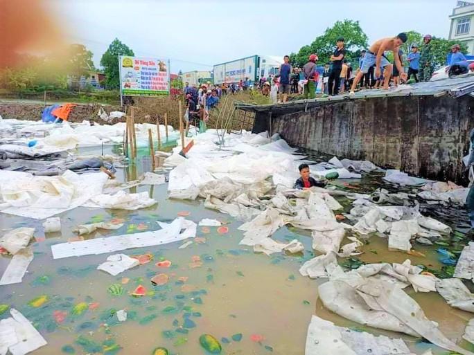 Hàng chục người dân lội bùn gom 30 tấn dưa hấu bán giúp tài xế - Ảnh 1.
