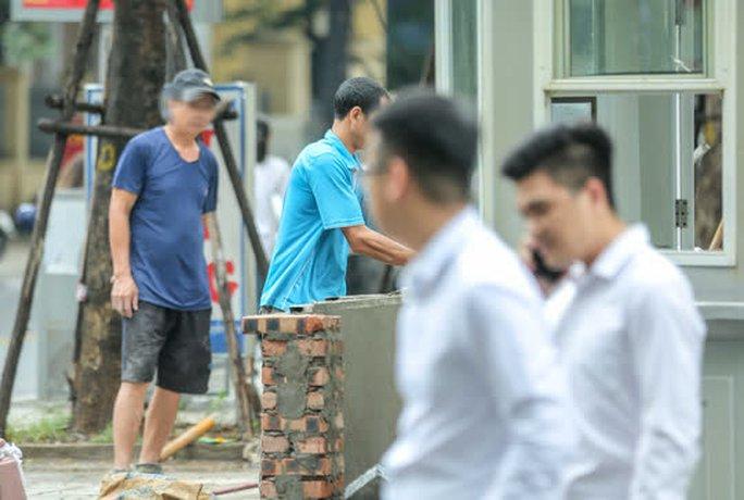 CLIP: Nhiều người dân Hà Nội quên khẩu trang phòng chống dịch Covid-19 - Ảnh 8.