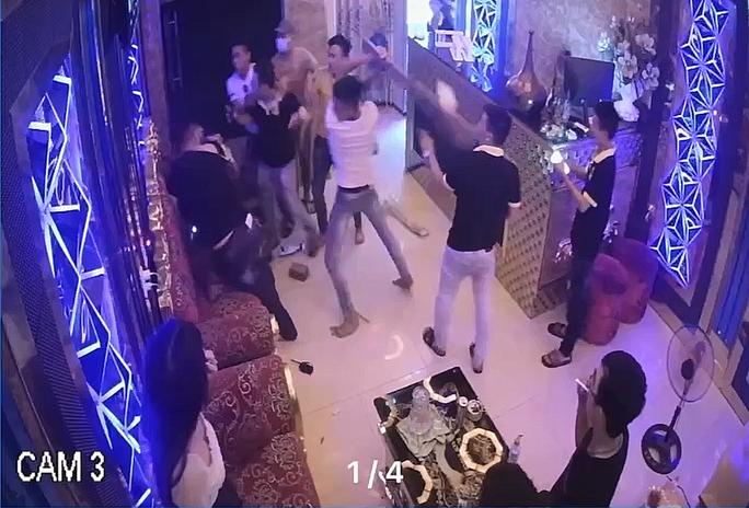 CLIP: Rủ cô gái đi chơi bất thành, nhóm côn đồ đánh nhân viên quán karaoke - Ảnh 3.