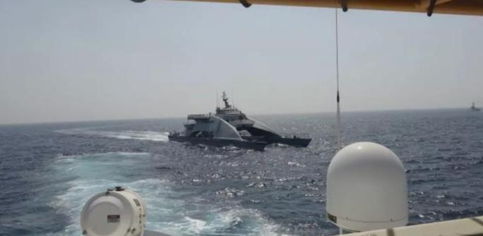 Tàu chiến Iran vây hãm 2 tàu tuần duyên Mỹ ở Vịnh Ba Tư  - Ảnh 1.