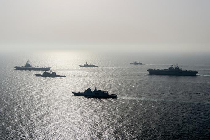 Hải quân Mỹ bắn cảnh cáo tàu Iran khi bị áp sát - Ảnh 1.