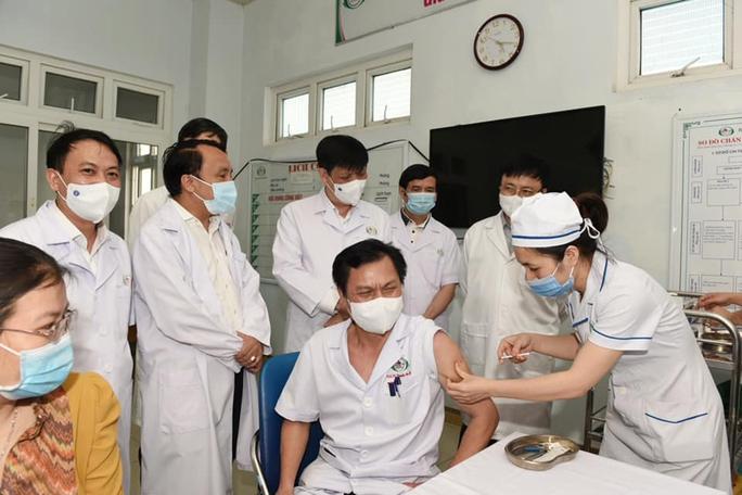 Kỷ lục mới của tiêm chủng vắc-xin Covid-19 tại Việt Nam - Ảnh 1.
