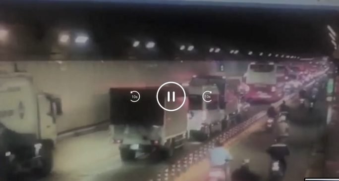 Ôtô tông liên hoàn trong hầm vượt sông Sài Gòn, giao thông ùn ứ - Ảnh 2.