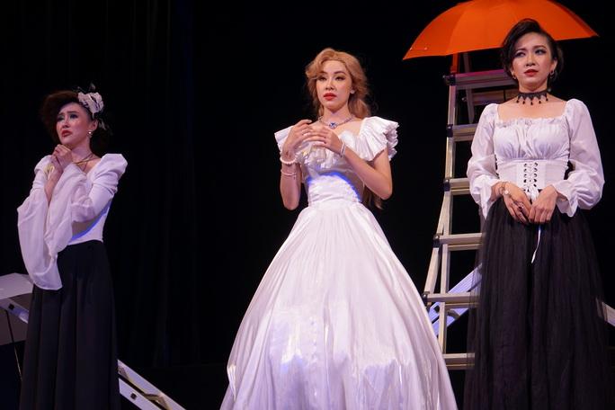 Romeo và Juliet cuốn hút khán giả, khiến Việt Anh, Hồng Vân hạnh phúc - Ảnh 4.