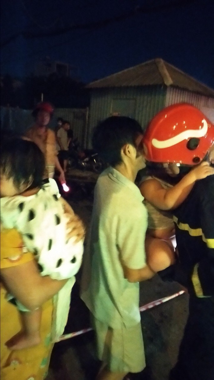Giải cứu 24 cư dân ra khỏi chung cư mini bốc cháy giữa đêm khuya - Ảnh 2.