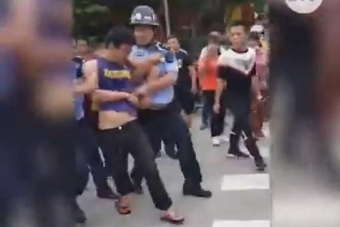 Đâm chém ở trường mẫu giáo Trung Quốc, 2 trẻ thiệt mạng oan uổng - Ảnh 1.