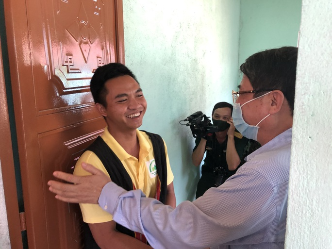 Người dân vùng sạt lở Trà Leng hân hoan về nhà mới - Ảnh 2.