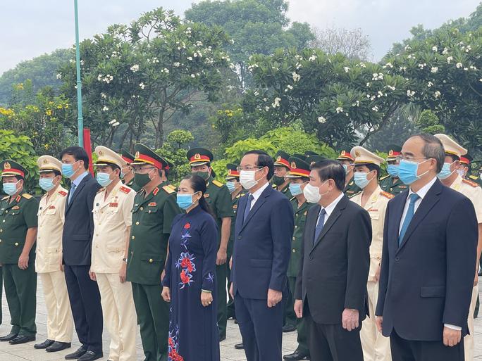 Lãnh đạo TP HCM dâng hoa, dâng hương Chủ tịch Hồ Chí Minh, các anh hùng liệt sĩ - Ảnh 2.
